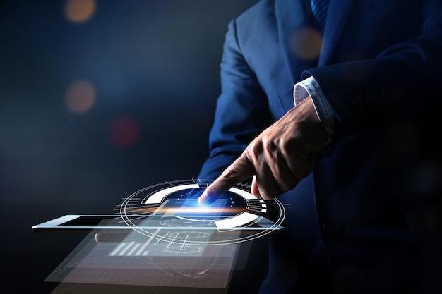 Abschluss herauf hand der geschäftsmannpresse auf tablette und unter verwendung des modernen schnittstellenzahlungson-line-einkaufens