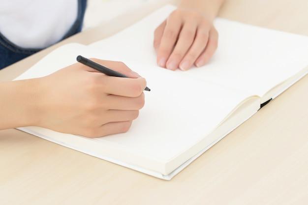 Abschluss herauf mädchenschreiben auf papier