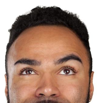 Abschluss herauf porträt eines durchdachten isolats des schwarzen mannes auf weiß