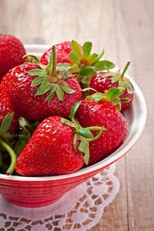 Abschluss oben der erdbeere auf holztisch