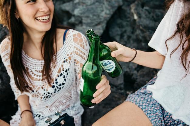 Abschluss oben der freunde am strand mit bier