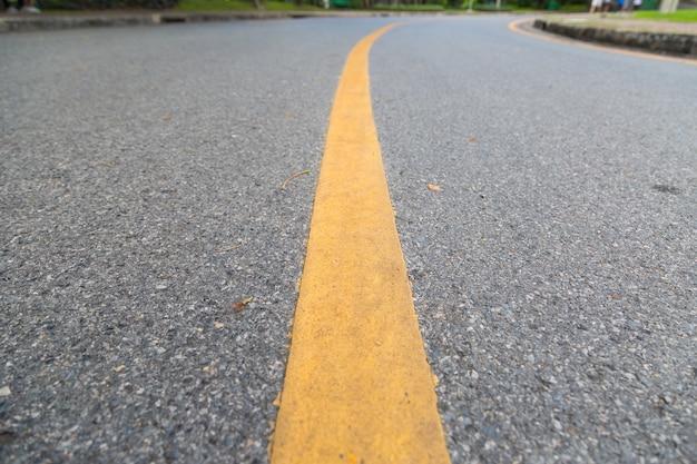 Abschluss oben der gelben linie auf dem allgemeinen park