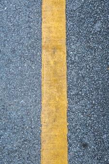 Abschluss oben der gelben zeile auf dem straßenhintergrund