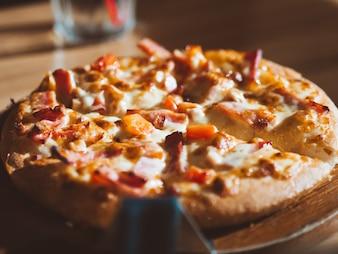 Abschluss oben der kleinen Größe der Schinken- und Käsepizza.