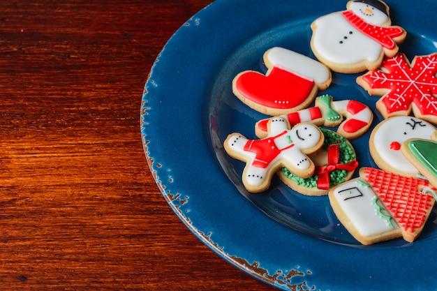 Abschluss oben der platte mit bunten weihnachtsplätzchen