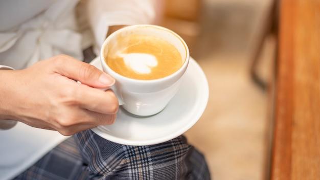 Abschluss oben der schönen frau trinkt kaffee