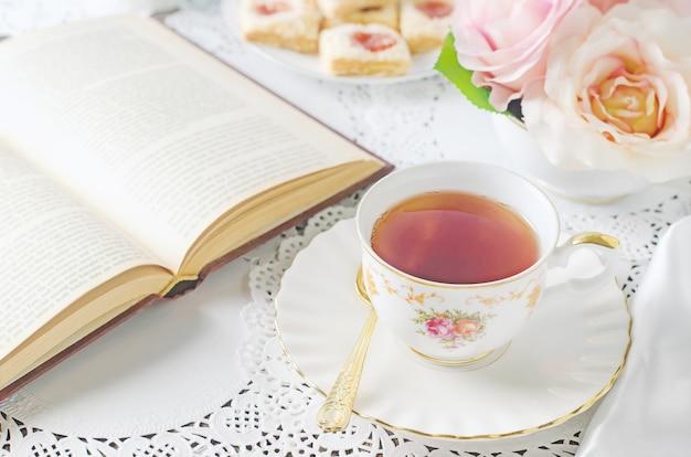Abschluss oben der tasse tee auf tabelle mit weinleseton