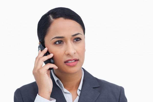 Abschluss oben der verkäuferin, die auf anrufer hört