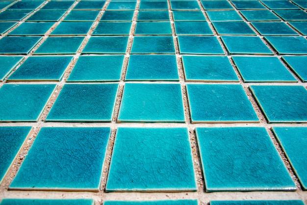Abschluss oben des blauen fliesenbodens des swimmingpools. architekt und bau