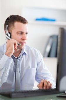 Abschluss oben des call-center-agenten, der mit kunden spricht