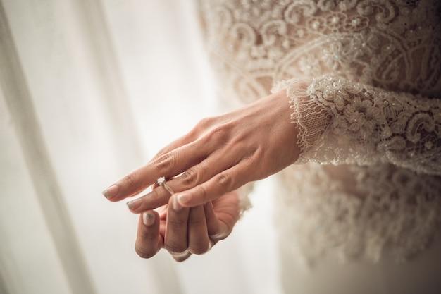 Abschluss oben des eleganten diamantrings auf der fingerfrau