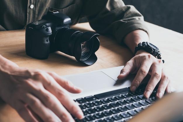 Abschluss oben des fotografen, der seine bilder auf laptop redigiert.