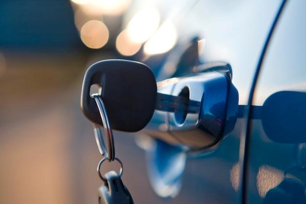 Abschluss oben des modernen autoschlüssels im verschluss des autos