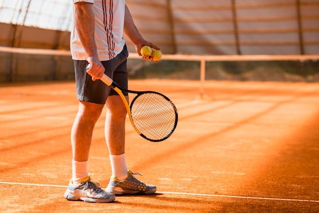 Abschluss oben des tennisspielers in der halle
