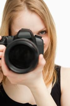 Abschluss oben einer frau, die eine kamera anhält