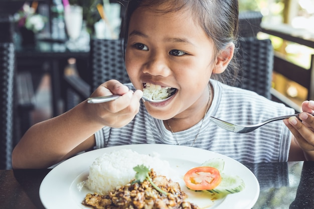 Abschluss oben thailändische kinder, die im restaurant essen