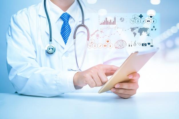 Abschluss oben von doktor zeigt medizinische analysedaten, medizintechnikkonzept