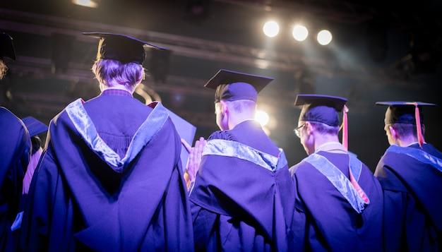 Abschlussfeier mit stolzen studenten