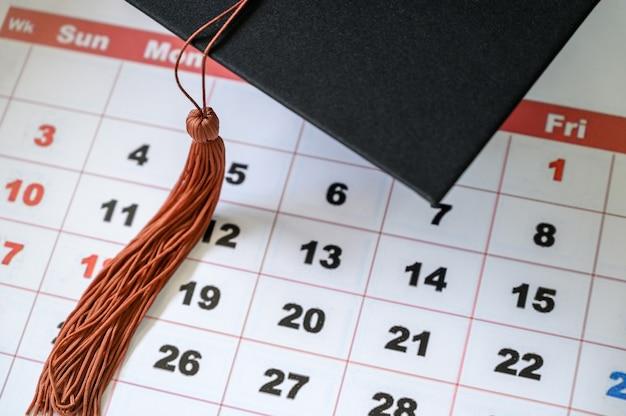 Abschlusskappe auf weißem kalender
