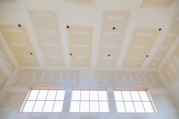 Abschlusskitt in den raumwänden bei der renovierung des leeren wohnungszimmers hausumbau