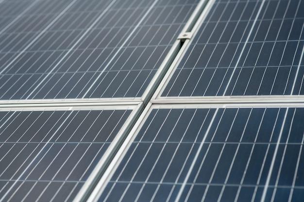 Abschnitt, oberfläche. glatte dunkle abschnitte des solarpanels, die miteinander verbunden sind, um eine große menge schadstofffreier energie zu liefern