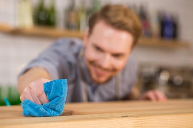 Absolut sauber. selektiver fokus eines staubtuchs, der zum reinigen der oberflächen verwendet wird