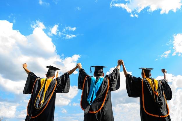 Absolventen werfen hüte am abschlusstag an der universität.