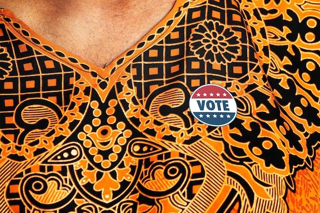 Abstimmungsaufkleber auf einer brust