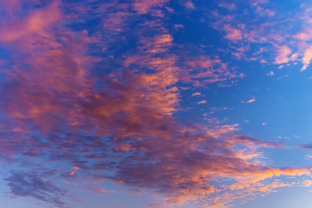 Abstrakt und muster des wolkenhimmelhintergrundes, muster des bunten wolken- und himmelssonnenuntergangs oder -aufgangs: dramatischer sonnenuntergang in der dämmerung, schönheit des himmels