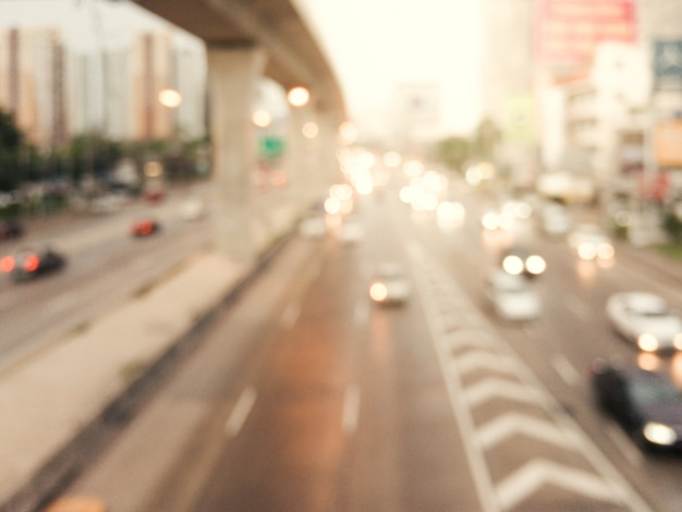 Abstrakt verschwommen hintergrund bild von abend stau auf der straße, unschärfe von fahrzeugen autos, limousine, bus, motorrad, menschen auf der straße - out of fokus konzept in der stadt bangkok thailand.