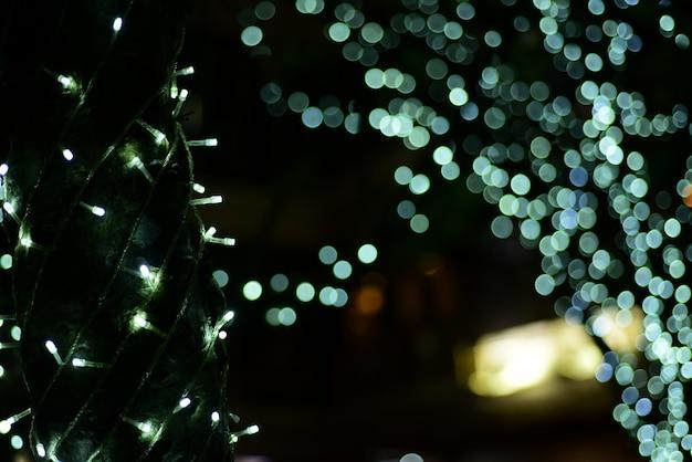Abstrakt verschwommen von blau und silber glitzernden glühlampen leuchtet hintergrund