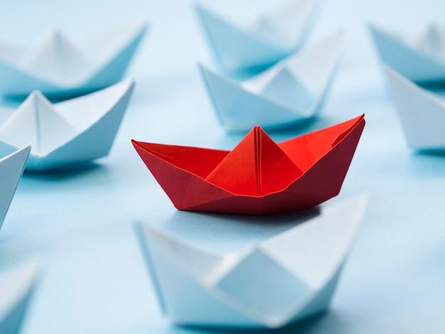 Abstrakte anordnung mit papierbooten
