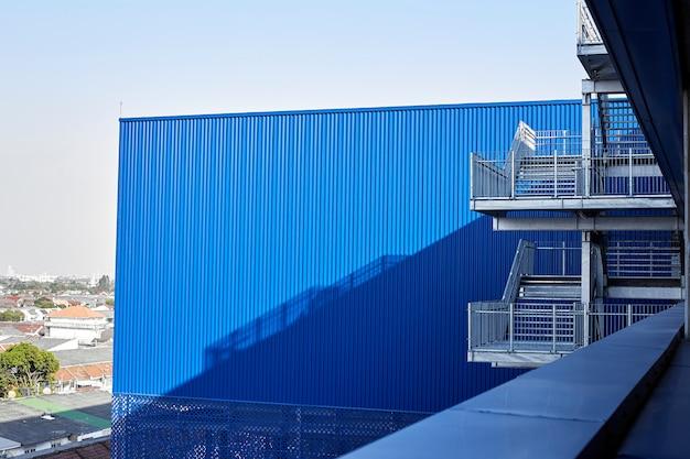 Abstrakte ansicht des modernen gebäudes mit treppe