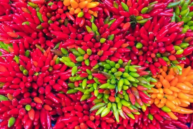 Abstrakte ansicht von chilis zum verkauf am rialto-markt in venedig, italien.