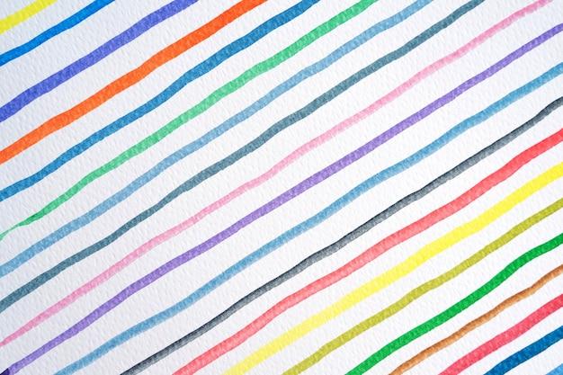 Abstrakte aquarelllinien musterhintergrund. buntes aquarell malte pinselstriche auf weiß. nahaufnahme.