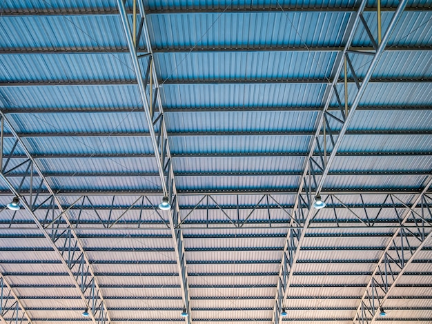 Abstrakte architektur hohes buntes blaues und orange metalldach gewellt