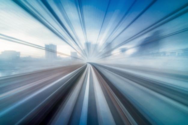 Abstrakte bewegliche bewegungsunschärfe von zug yurikamome-linie tokyos japan, die zwischen tunnel in tokyo sich bewegt