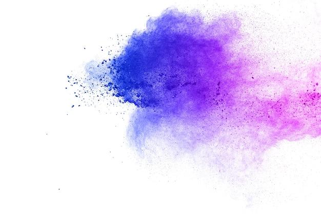 Abstrakte blau-purpurrote staubexplosion auf weißem hintergrund blau-rosa pulverspritzen.