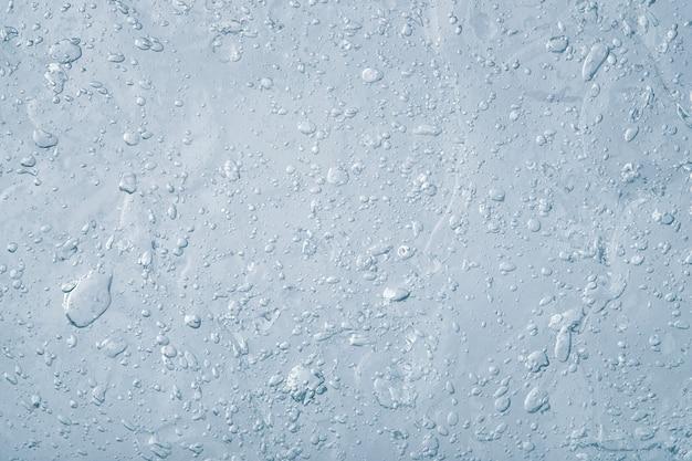 Abstrakte blaue flüssigkeit. textur aus dickem transparentem gel mit vielen blasen. kosmetikprodukt.