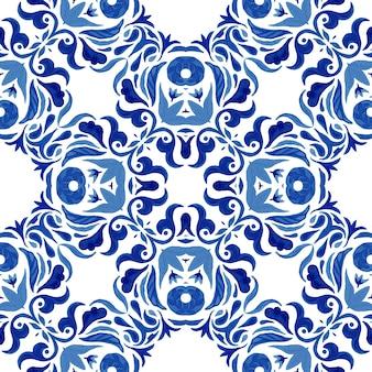 Abstrakte blaue und weiße hand gezeichnete damastfliese nahtloses dekoratives mediterranes aquarellfarbenmuster