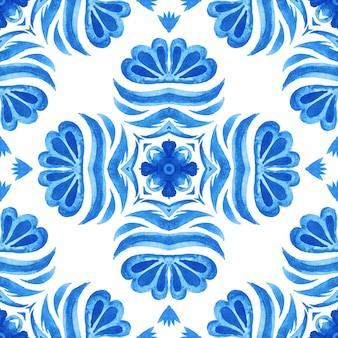 Abstrakte blaue und weiße hand gezeichnete damastfliese nahtloses dekoratives mediterranes aquarellfarbenmuster.