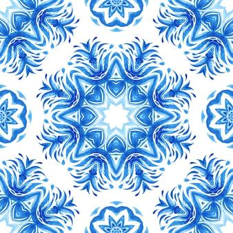 Abstrakte blaue und weiße hand gezeichnete fliese nahtloses dekoratives aquarellfarbenmuster. elegante mandala medaillon textur