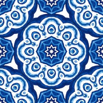 Abstrakte blaue und weiße hand gezeichnete medaillon damastfliese nahtlose dekorative aquarellfarbe muster.