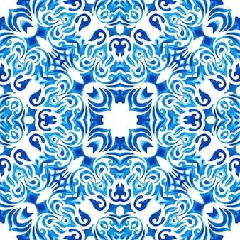 Abstrakte blaue und weiße hand gezeichnete strukturierte fliese nahtloses dekoratives aquarellmuster. elegante altmodische textur für stoffe und tapeten, hintergründe und seitenfüllung. azulejo-fliesen-designstil