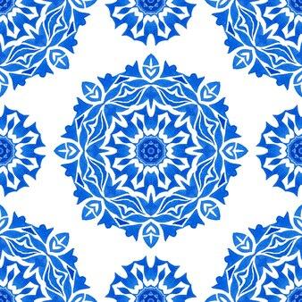 Abstrakte blaue und weiße handgezeichnete medaillonfliese nahtlose dekorative mandala-blumen-aquarell-farben-muster. elegante trendige wiederholung für stoff und tapeten, hintergründe und seitenfüllung.