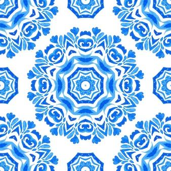 Abstrakte blaue und weiße handgezeichnete medaillonfliese nahtlose ornamentale mandala-aquarellfarbenmuster. elegante wintertextur für stoffe und tapeten, hintergründe und seitenfüllung.