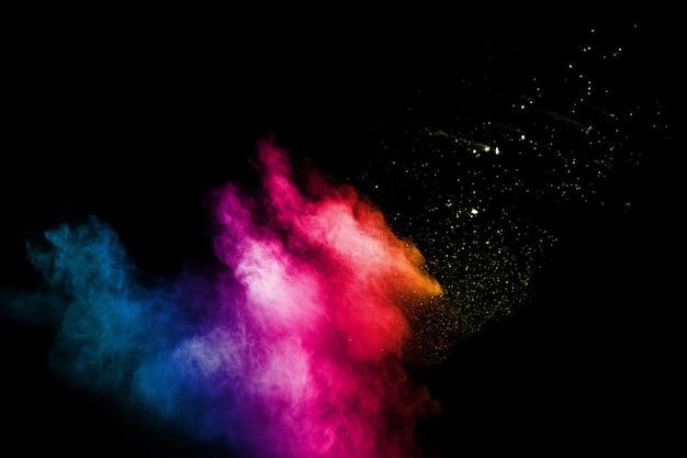 Abstrakte bunte puderexplosion auf schwarzem
