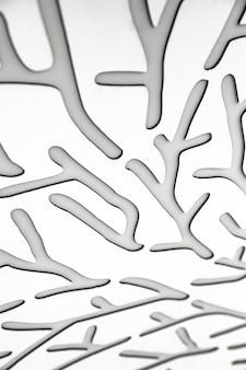 Abstrakte edelstahlformen und weißer hintergrund