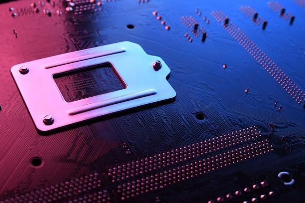 Abstrakte elektronische leiterplatte, computer-motherboard-leitungen und -komponenten, schöne rote und blaue farbe.