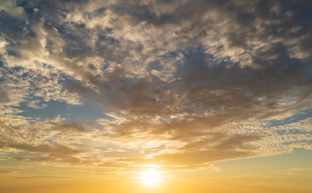 Abstrakte erstaunliche szene der betäubung bunter sonnenuntergang mit wolkenhintergrund im natur- und reisekonzept, weitwinkelaufnahme panoramaaufnahme.